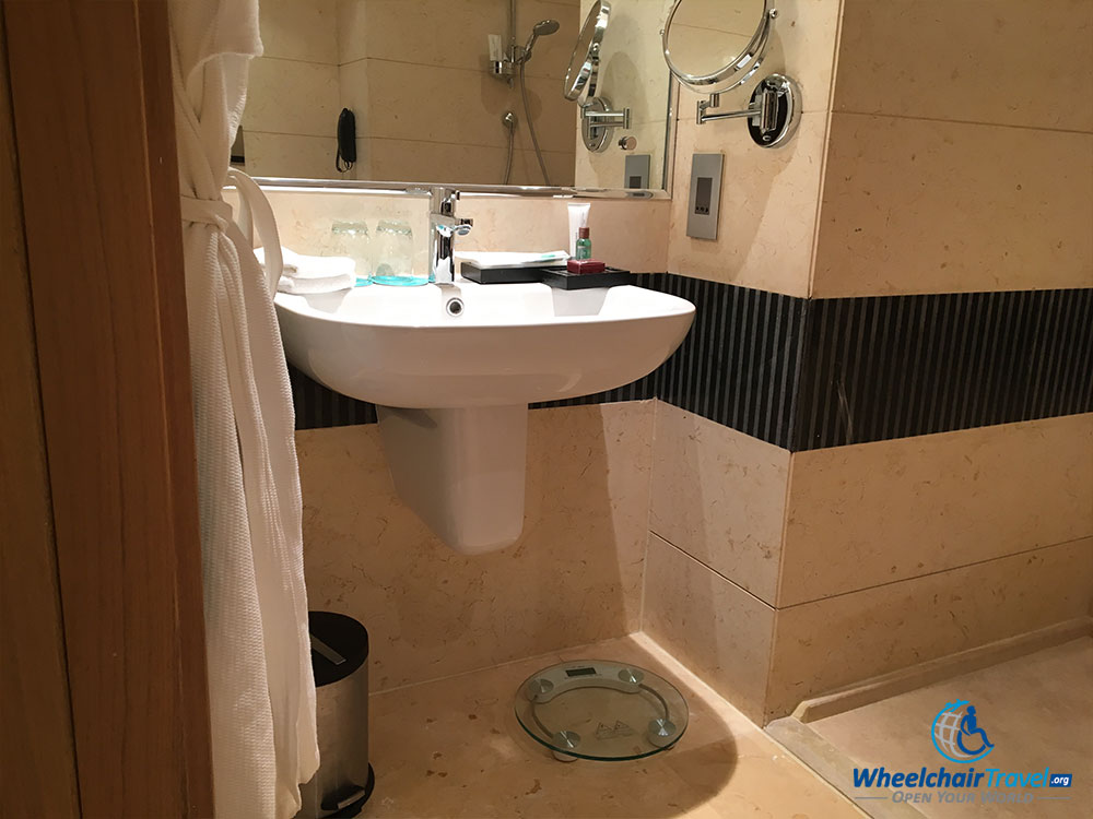 Review le m ridien cairo airport hotel for Wheelchair accessible sink bathroom